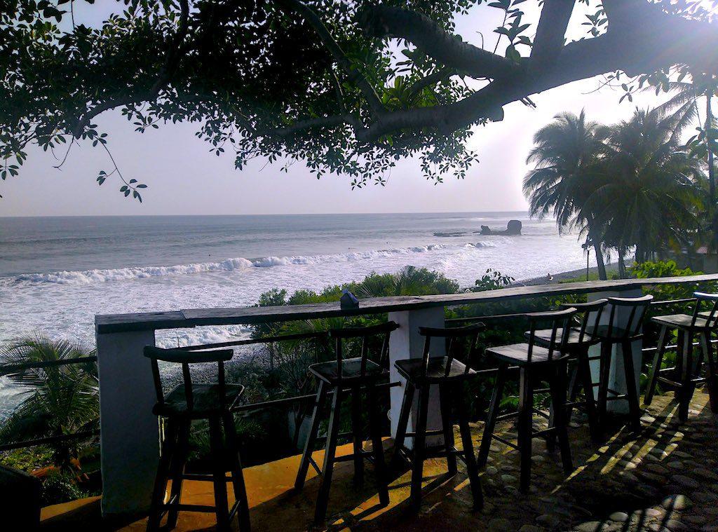 Wunderbare Aussicht von der Terrasse  auf das Meer vor El Tunco.
