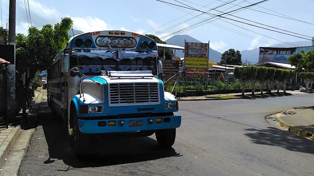 """Im """"Chicken Bus"""" durch El Salvador. Viel pünktlicher als unser Vorurteil."""