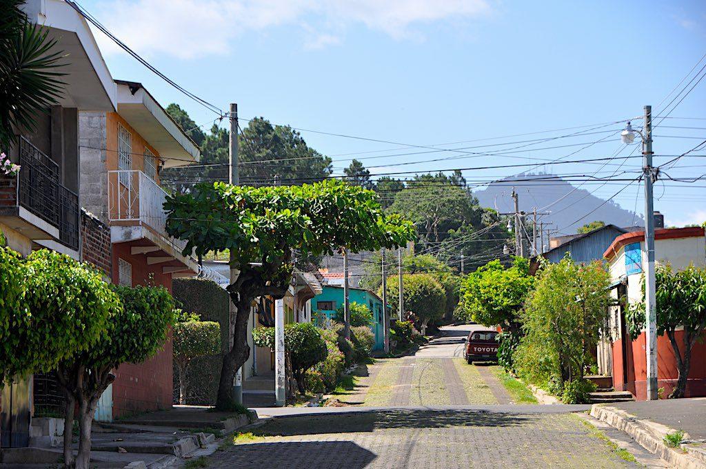 Unterwegs auf der Suche nach einem Hostel in Juayúa durch bunte schöne Strassen vor derVulkan-Kulisse.