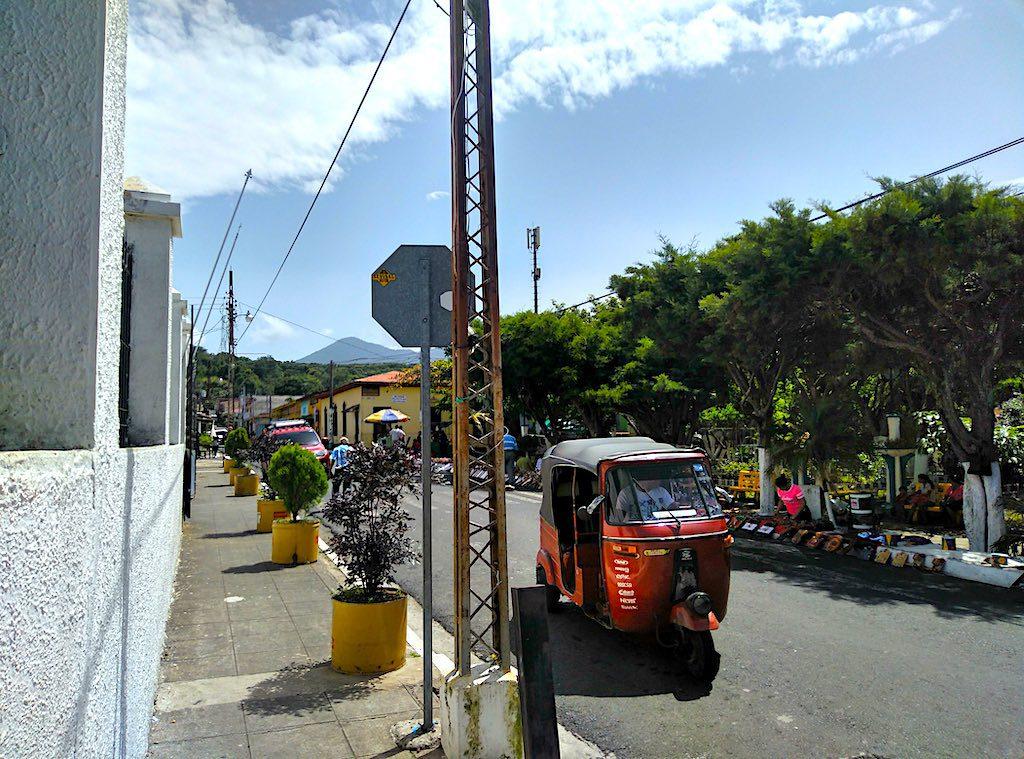 Ein Tuc Tuc am zentralen Platz in Juayúa.
