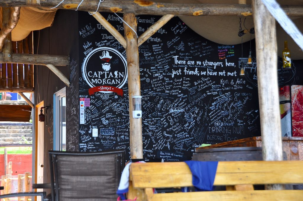 """""""There are no strangers here - just friends we have not met"""" steht an der Gästewand im Captain Morgan Hostel."""