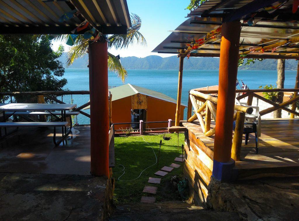 Blick auf den Pfahlbau mit unserem Zimmer über dem See.