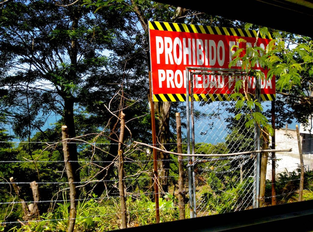 Prohibido el Paso - Durchgang verboten. Nur wenige Flächen am See sind öffentlich zugänglich.