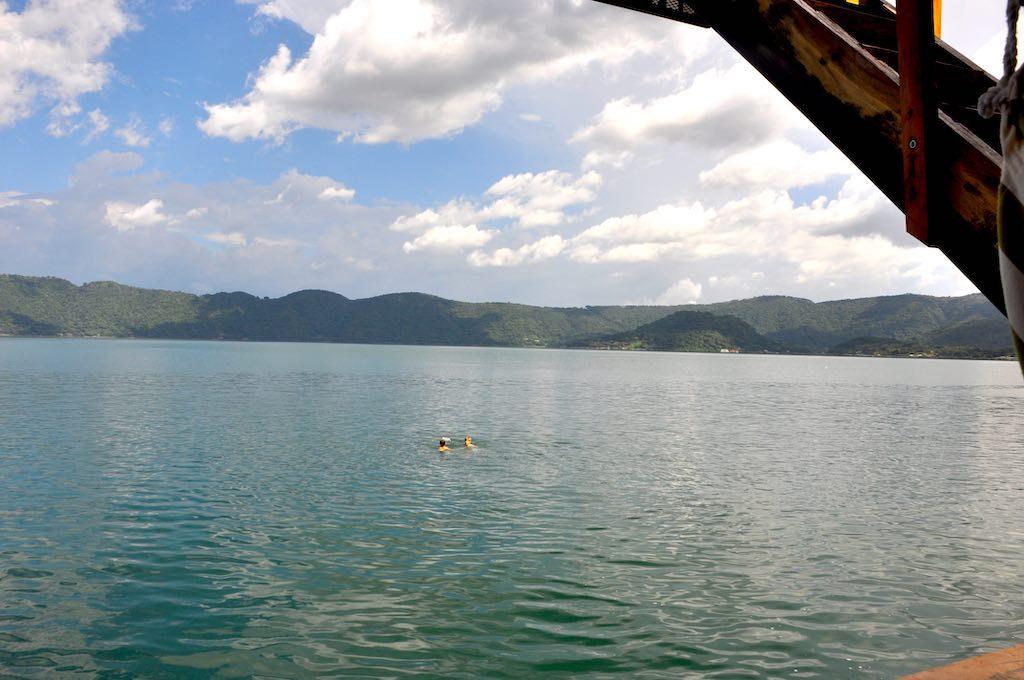 Gerade noch erfrischend: Schwimmen im Lago de Coatepeque.