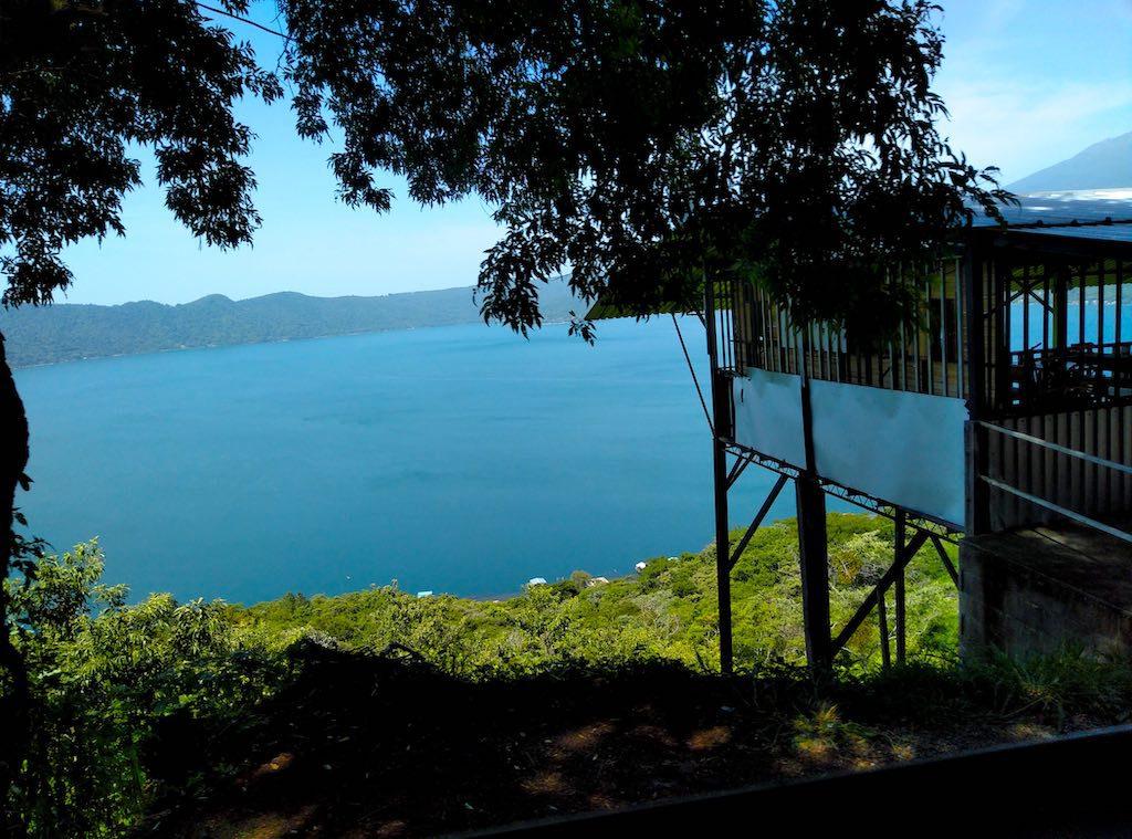 Blick auf den Lago de Coatepeque vom Kraterrand aus