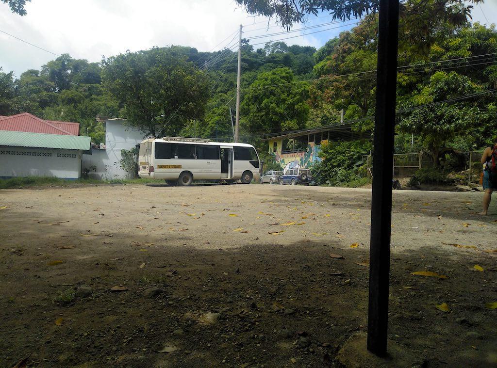 Warten auf den Bus nach Santa Teresa