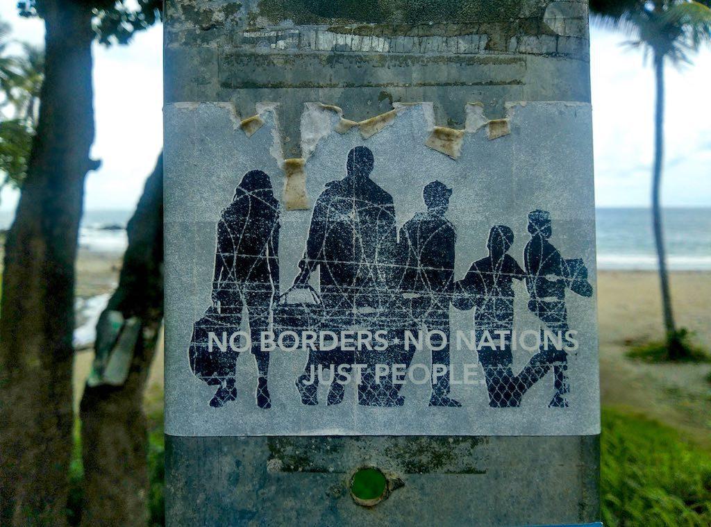 """""""No borders, no nations, just people"""" steht auf einem Aufkleber an der Bushaltestelle. Das könnte auch das Motto von Montezuma sein."""