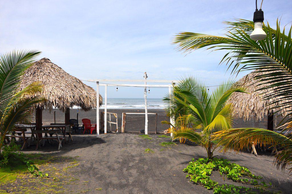 Blick von unserem Hotel Sabas Beach Resort auf die Playa Majagual mit schwarzem Vulkansand