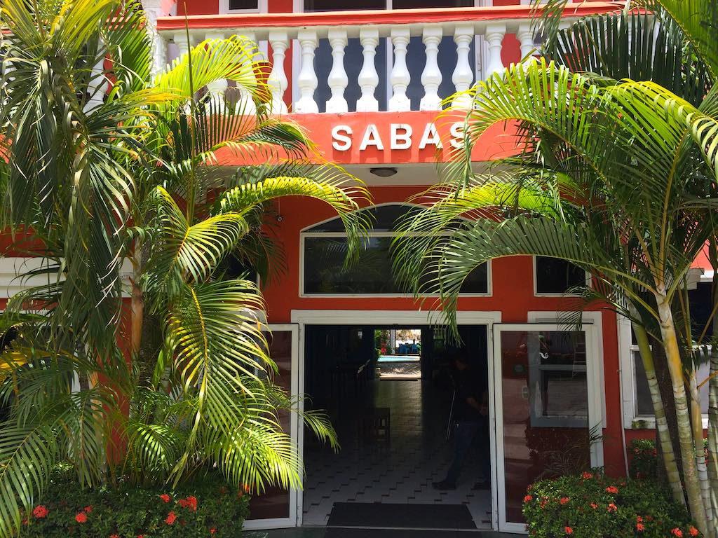 Eingang zum Sabas Beach Resort, Playa Majagual, an der Costa del Bálsamo