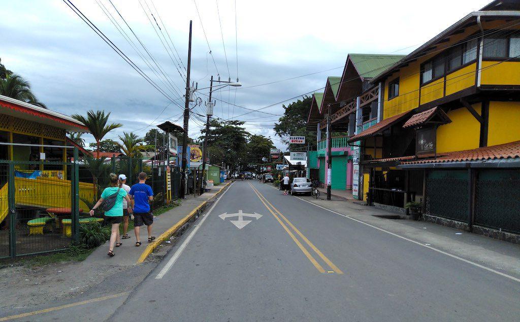 Die Hauptstraße in Puerto Viejo.