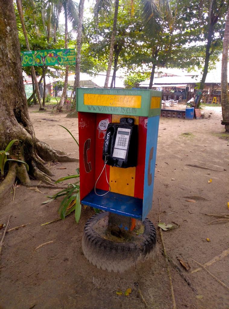 Selbst die Telefonzellen hier strahlen karibisches Flair aus.