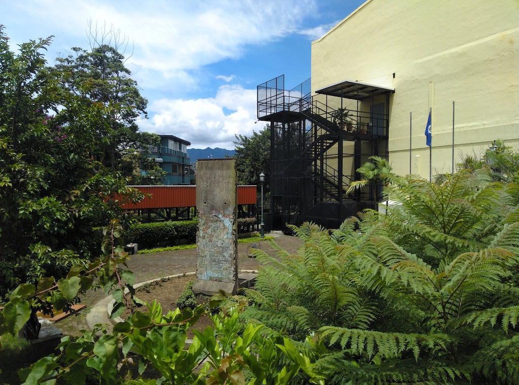 Das Außenministerium Costa Ricas beherbergt ein Stück der alten Berliner Mauer.