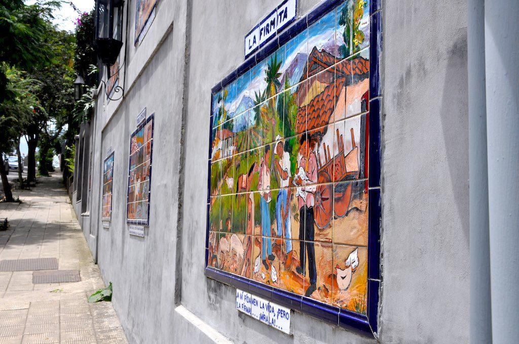 Kunstvolle Szenen schmücken die Wände dieser Häuser im Barrio Amón.