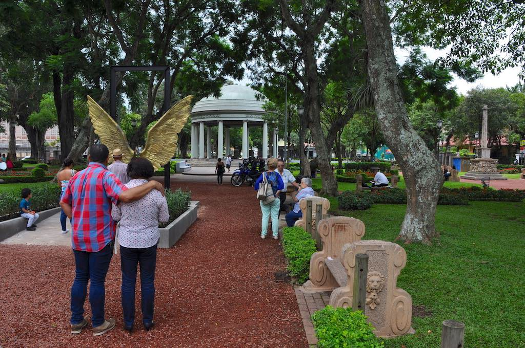 Die Engelsflügel Skulptur lädt ein Erinnerungsfotos als Engel zu machen.