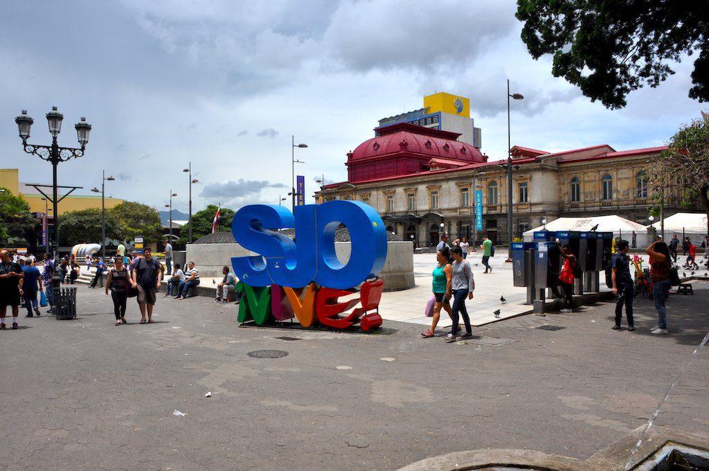 San José ¡vive! (San José lebt!) Die offizielle Brand der costa-ricanischen Hauptstadt am Plaza de la Cultura. Im Hintergrund ist das Nationaltheater zu sehen.