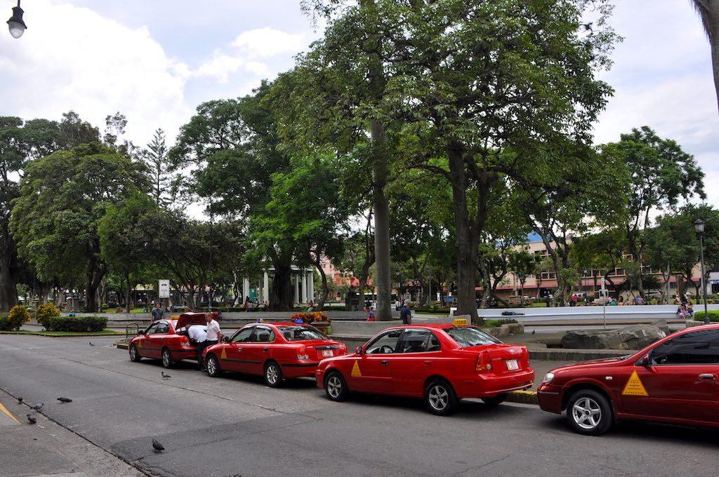 Die charakteristischen roten Taxis der Hauptstadt San José warten auf Fahrgäste.
