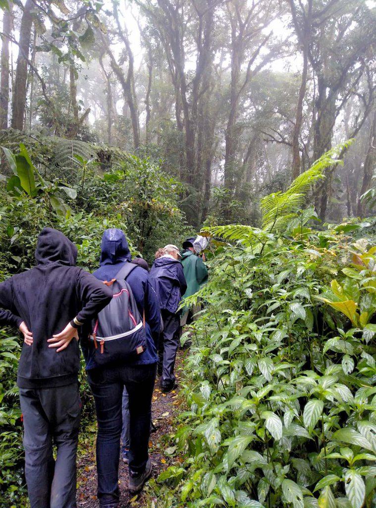 Aufgrund der Höhe von über 1.700 m ist nicht nur regendichte, sondern auch warme Kleidung zu empfehlen.