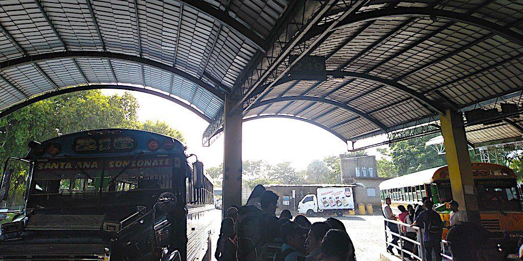 Umsteigen im Busbahnhof Sonsonate. Viele Menschen, aber immer ordentlich angestellt.
