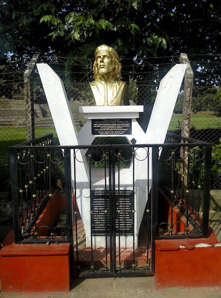 Goldene Büste von Che Guevara. Auch der Che besuchte einst Tazumal - und bekam sofort ein Denkmal gesetzt.