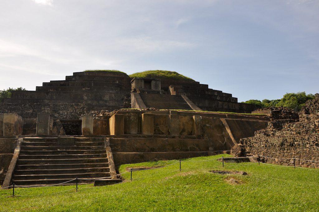 Die große Tempelpyramide von Tazumal ist abgesperrt: Leider dürfen die Pyramiden nicht mehr betreten werden.