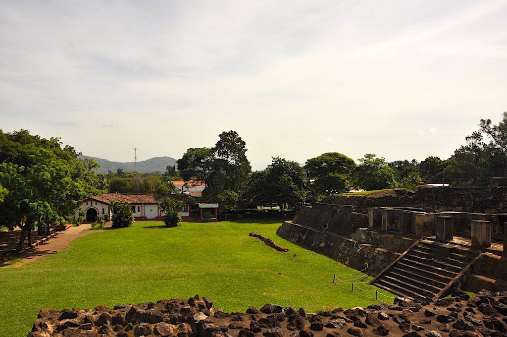 Das Museum von Tazumal aus Sicht der kleinen Tempel-Pyramide.