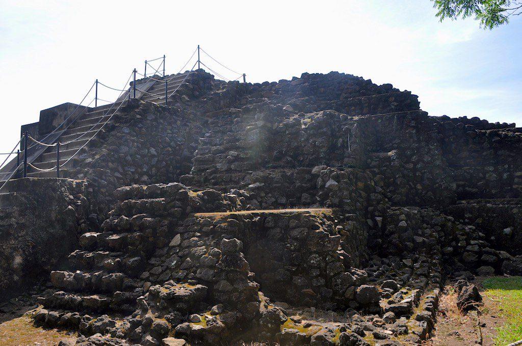 Immerhin auf die kleine Pyramide darf man über die Haupttreppe rauf. Ansonsten ist zum Schutz der Gebäude kein Zutritt möglich.
