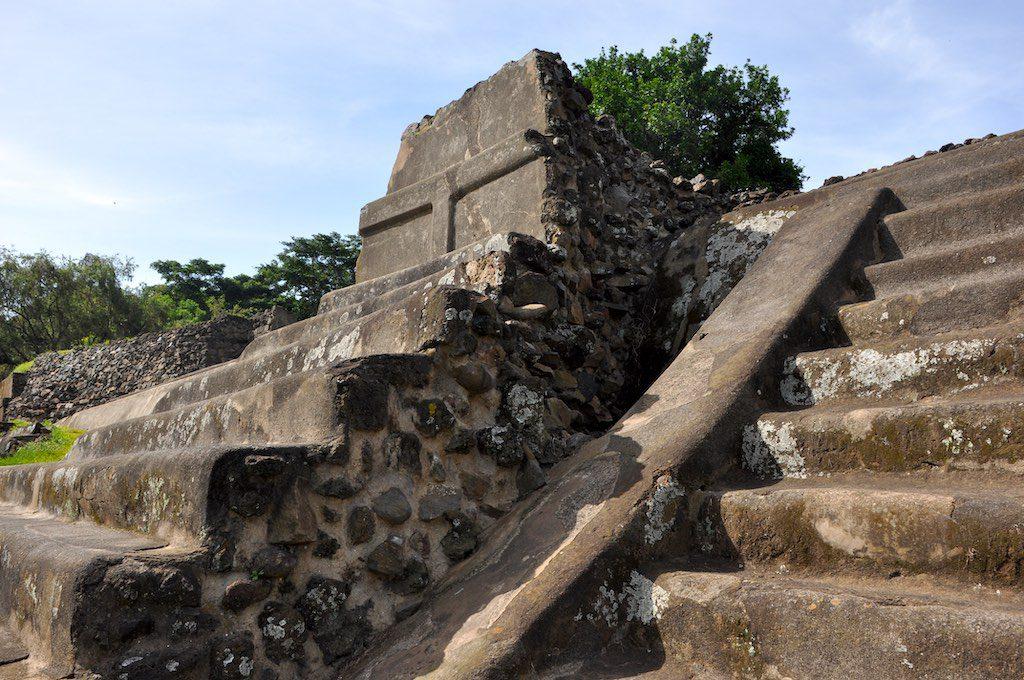 An den Treppen der Pyramide ist gut zu sehen, wie die Außenmauern verputzt wurden, um die Bausubstanz zu schützen.