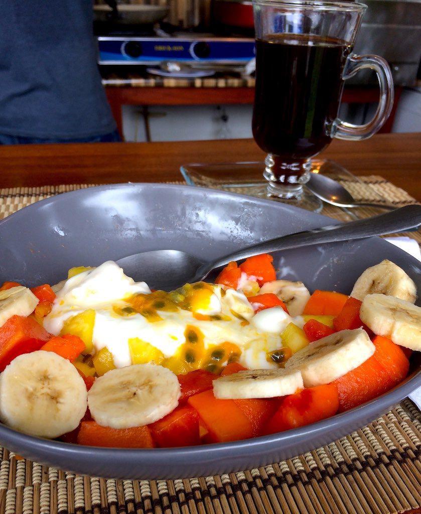 Leckeres Frühstück im Café Aracari mit frischem Obst, Joghurt und tollem costa-ricanischen Kaffee.