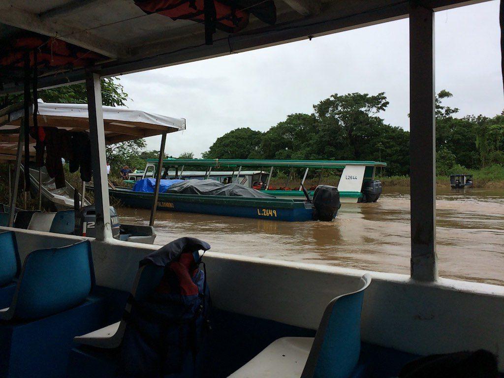 Vom Hafen La Pavona geht es mit diesen kleinen Booten in 45 Minuten bis Tortuguero.