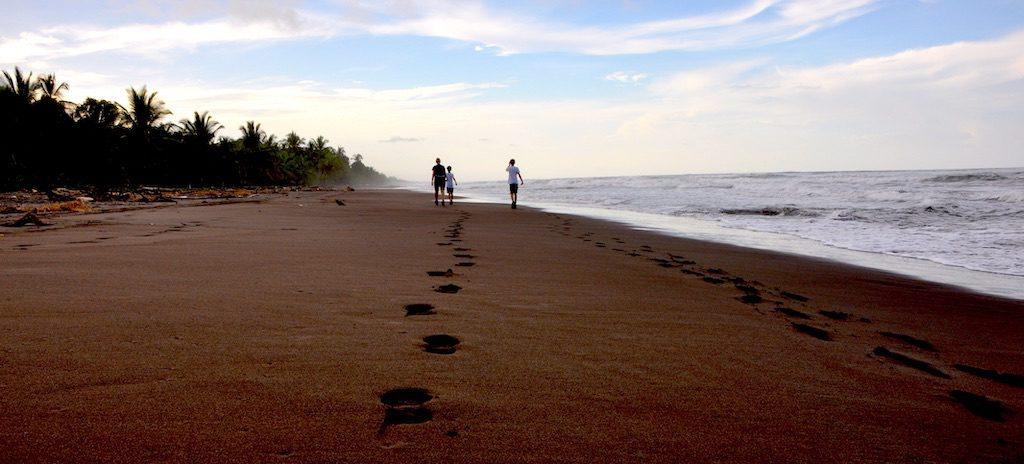 Unsere Spuren im Sand in Tortuguero