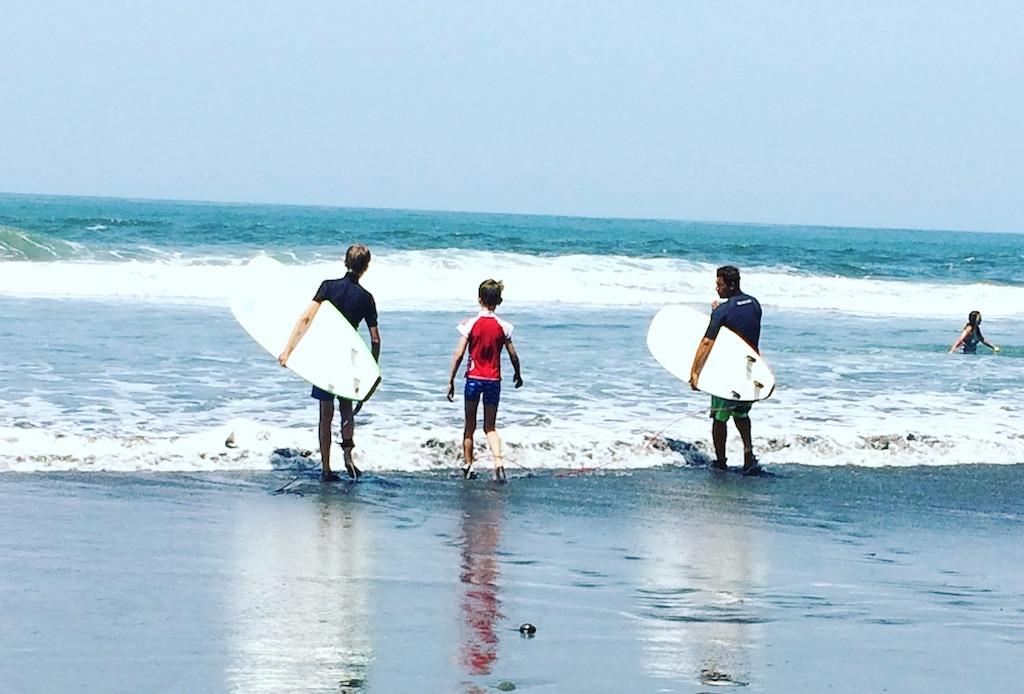 """Surfstunde mit César von """"Tunco Surf""""."""