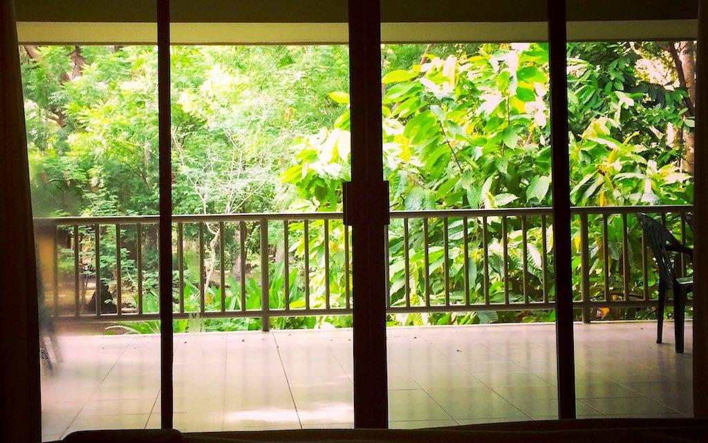 Guten Morgen Welt! Ausblick vom Bett auf die große Terrasse mitten im Dschungel der Bahía de Jiquilisco.