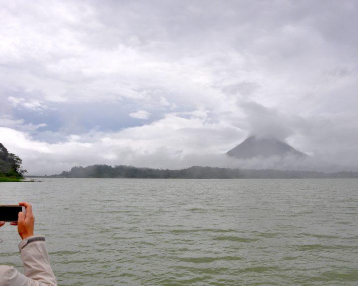 Blick auf den Vulkan Arenal bei Anreise per Boot