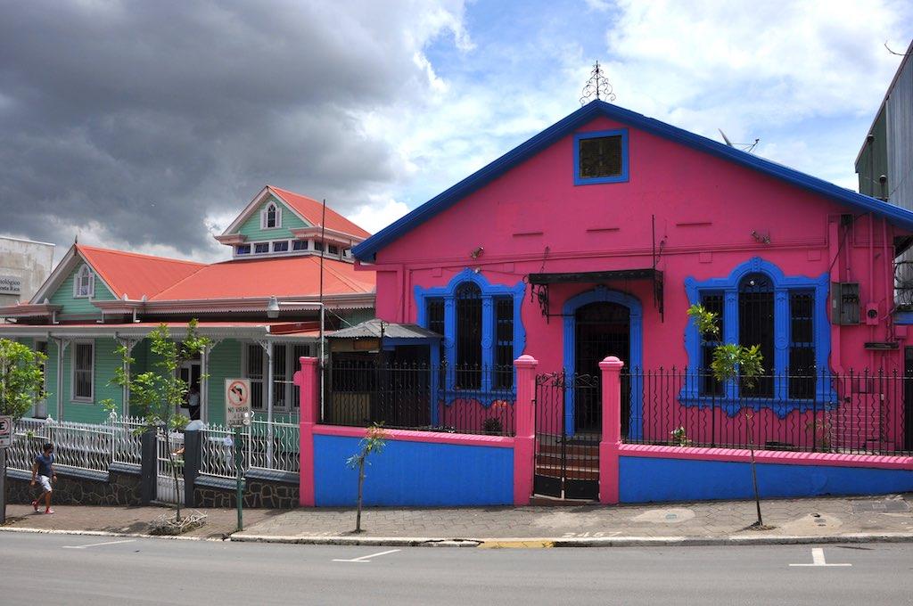 Bunte Häuser säumen die Straßen in San José