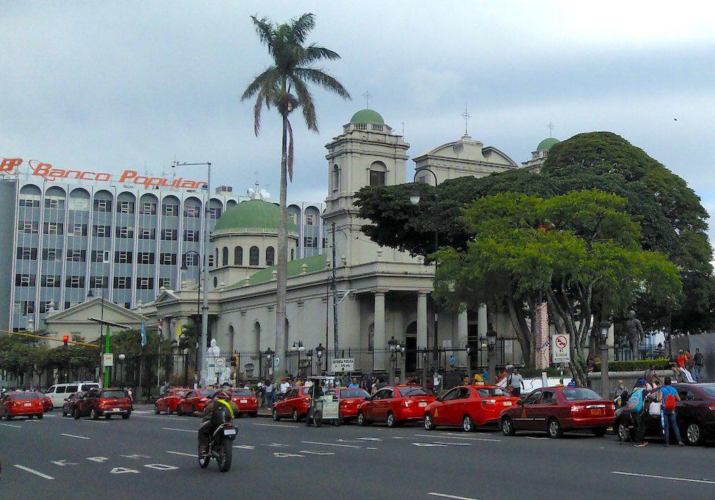 """Jede Menge Taxis an der Catedral Metropolitana in San José. Manchmal ist beim Taxi fahren eine Stadtführung """"inklusive""""."""