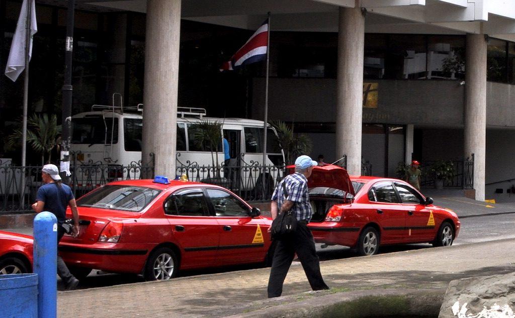 Wartende Taxis vor einem Hotel.